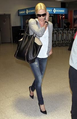 Borse Stella McCartney: Charlize Theron con la Falabella Chain Link Tote