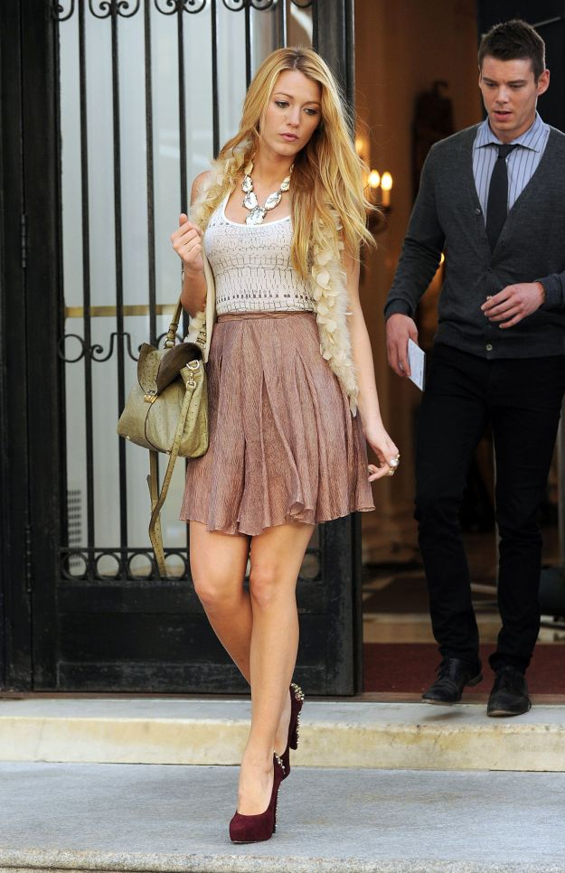 Blake Lively gets the giggles while on the set of 'Gossip Girl' in New York City
