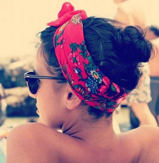 Trendy con un foulard fra i capelli