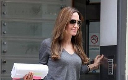Il look perfetto di Angelina Jolie con la Carine bag di Tom Ford
