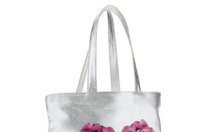 Femminile e romantica, la shopper con le rose di Betsey Johnson