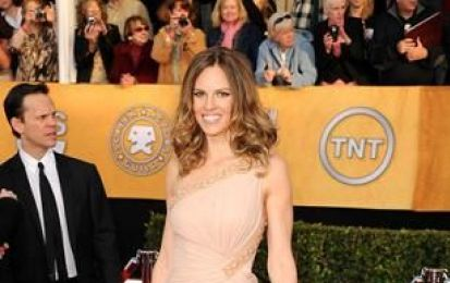 Hilary Swank con clutch VBH