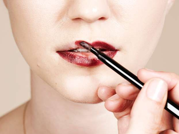 Applicare rossetto con pennello