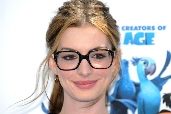 Anne Hathaway con occhiali quadrati da vista