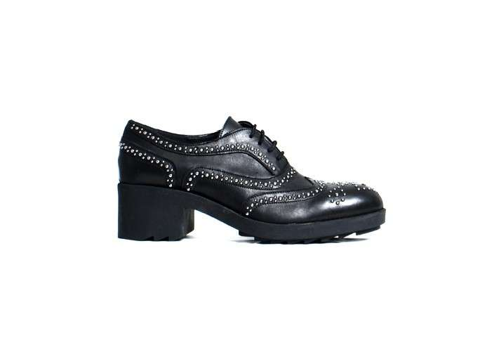 Stringata brogue maschile con borchie