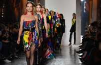 La confident woman di Versace in passerella alla Milano Fashion week [FOTO]