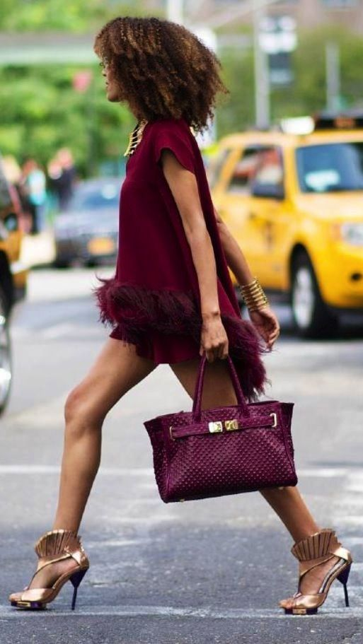 Mini dress eccentrico marsala e borsa marsala