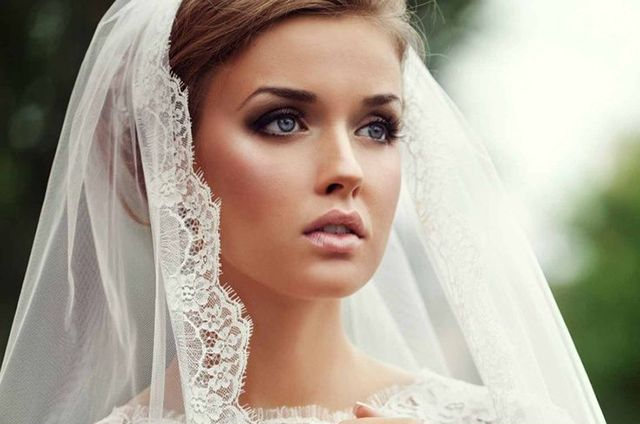 Smokey eye marrone e viso di porcellana per la sposa