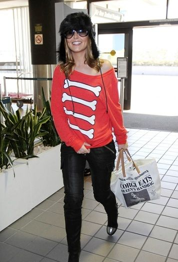 Cheryl Cole con la shopper con i quotidiani ironici di Anya Hindmarch
