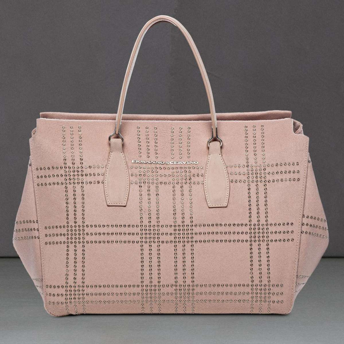 Handbag rosa tenue con borchiette disposte a scacchi