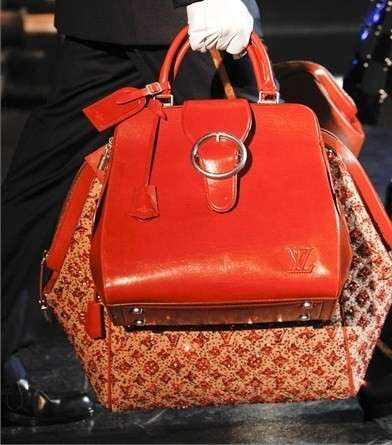 Louis Vuitton sfilata A/I 2012-2013: set in rosso