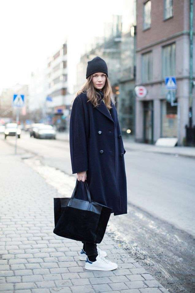 Sneakers bianche con look total black