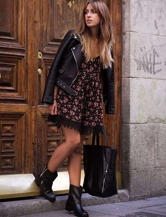 Mini dress a fiori con stivaletti bassi biker