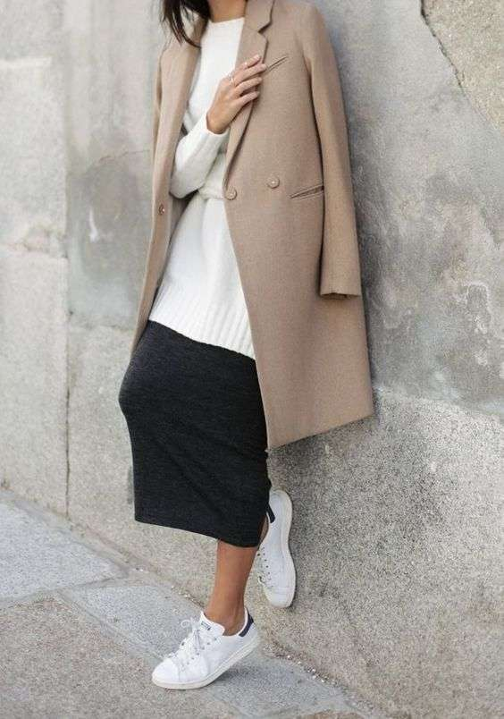 Cappotto cammello con gonna e sneakers