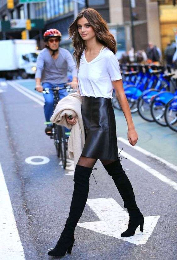 Taylor Hill con stivali cuissardes e gonna