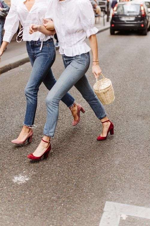 Look casual chic con scarpe rosse