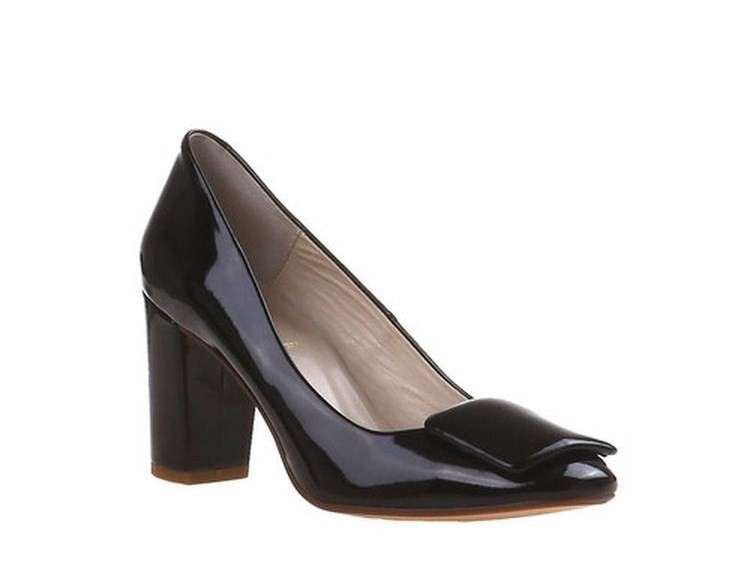Pumps in vernice Bata