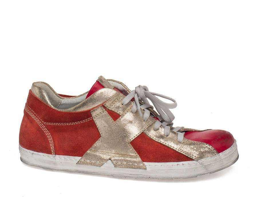 Sneakers rosse con bande dorate