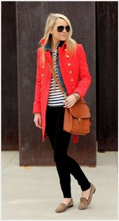 Trench rosso e slippers leopardate