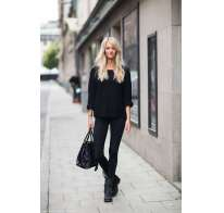 Look in total black con stivaletti biker