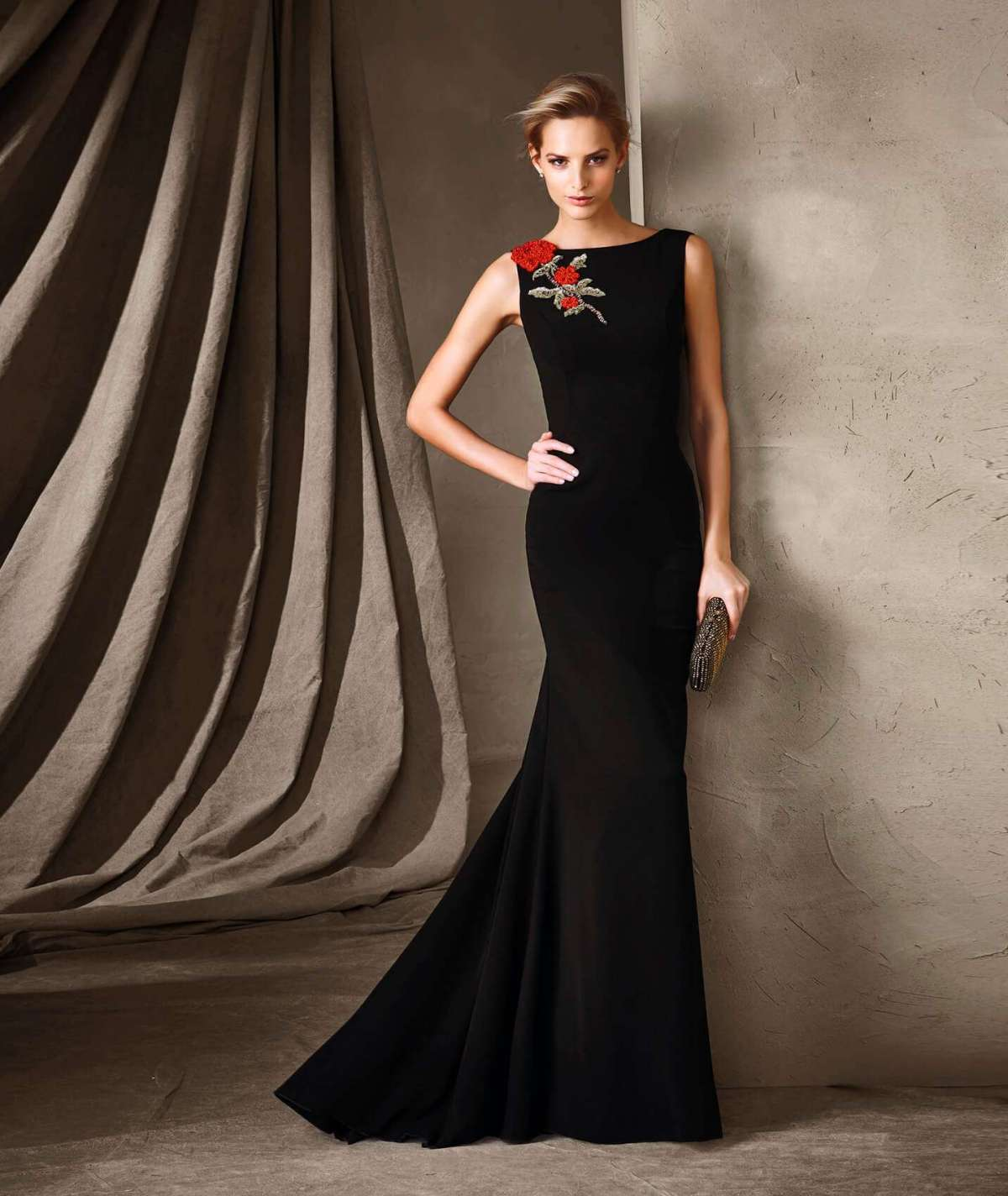Long dress nero con ricamo Pronovias