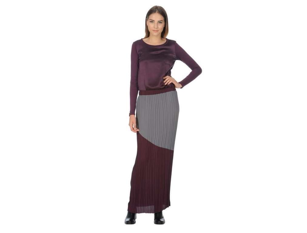 Look con long skirt e top prugna