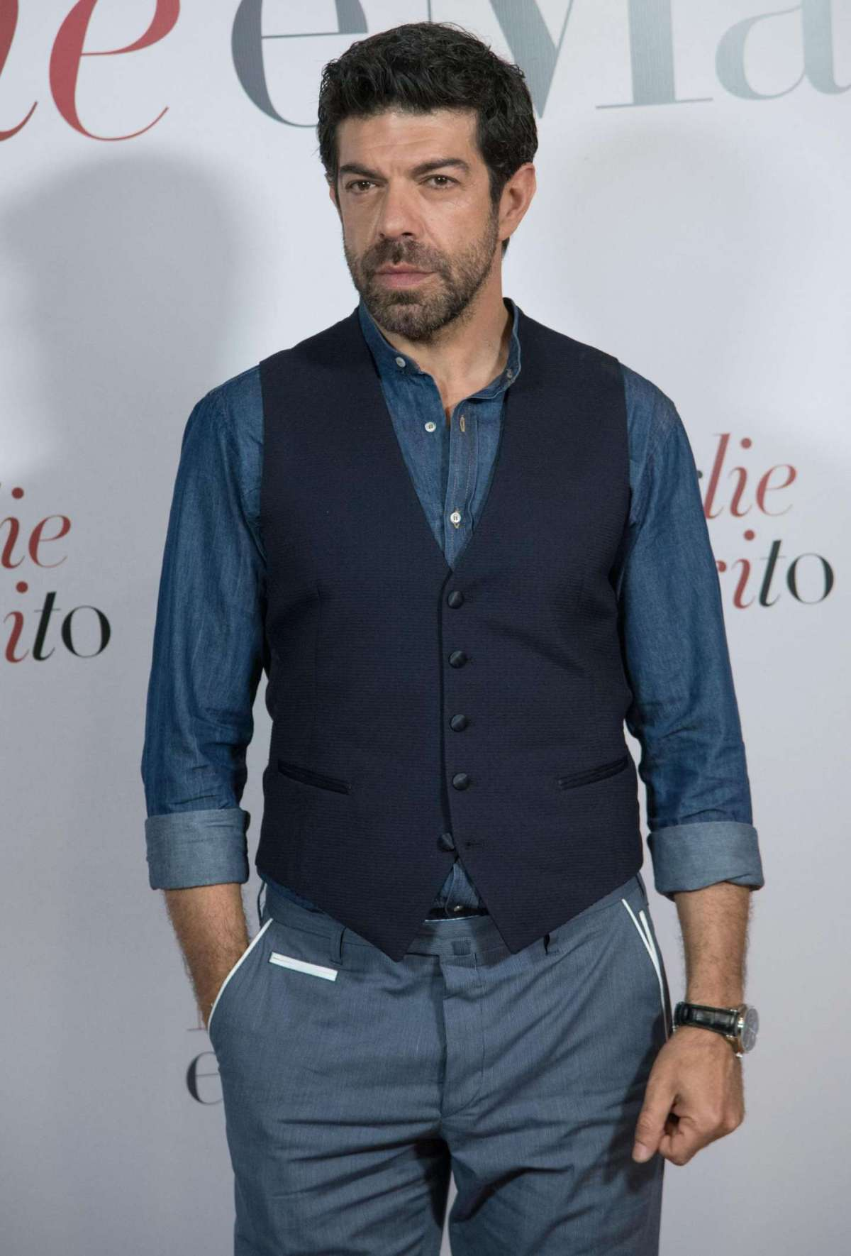 Pierfrancesco Favino in gilet